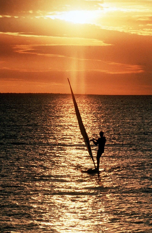 صور غروب الشمس في بعض مناطق العالم Gpw-200702-69-UnitedStates-DefenseVisualCenter-DFST9905360-wind-surfing-ocean-near-Australia